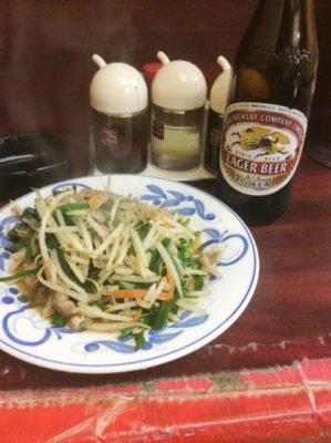 「中華料理 若松」のビールセットの肉ニラ炒め