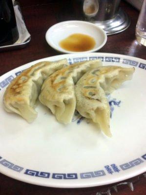 「中華料理 若松」のビールセットの餃子